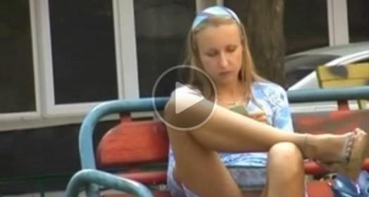 La porcella filmata da telecamera nascosta senza mutandine