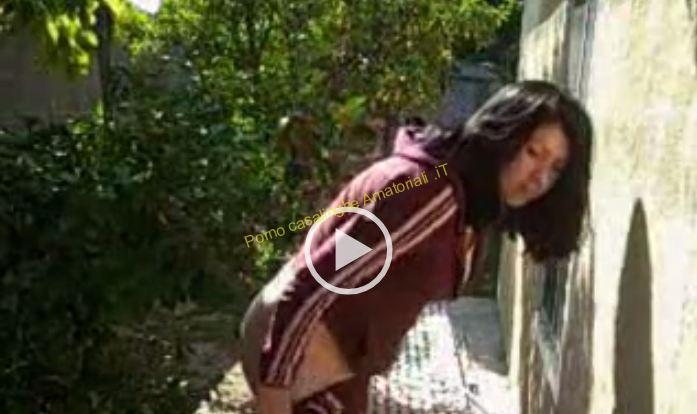 La signora si fa scopare a pecorina in giardino