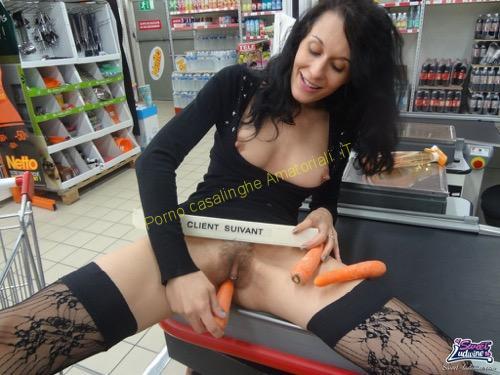 casalinga masturbazione al supermercato