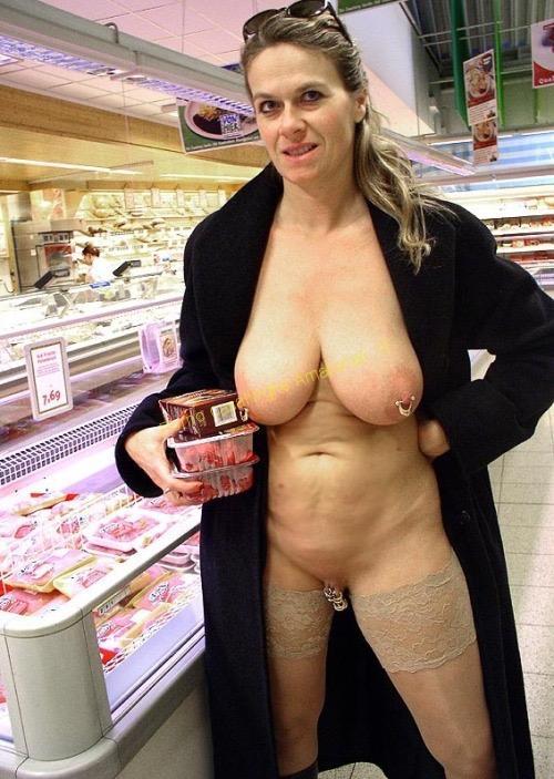 casalinga nuda supermercato tettone