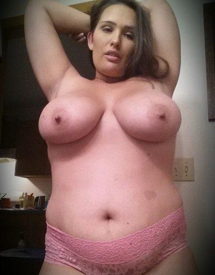 I selfie nudi di Elisa una curvy con grosse tette