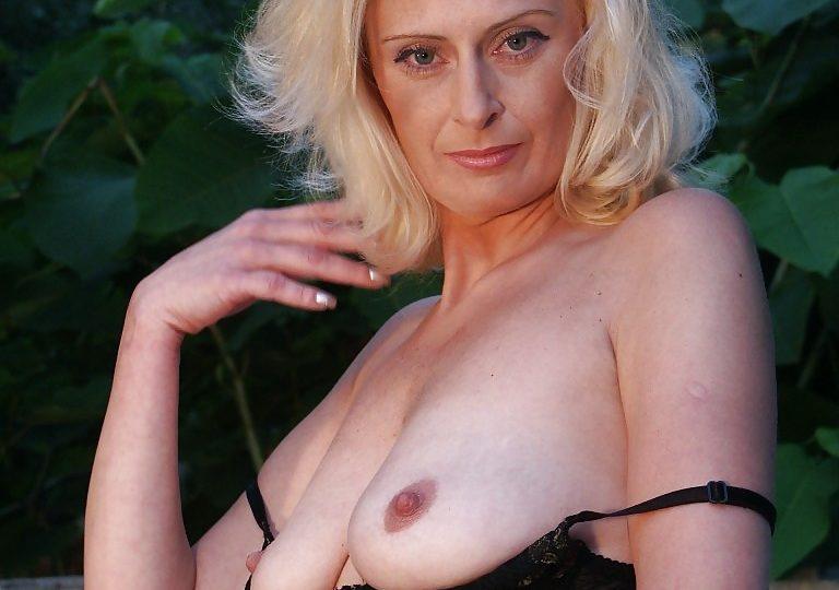 Laura una donna matura nuda che fa impazzire
