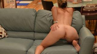La Casalinga fa lo spogliarello sul divano